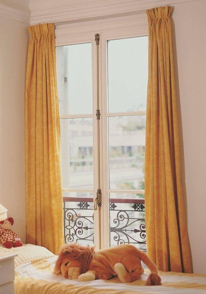 Fenêtre bois sur mesure dans une chambre d'enfant