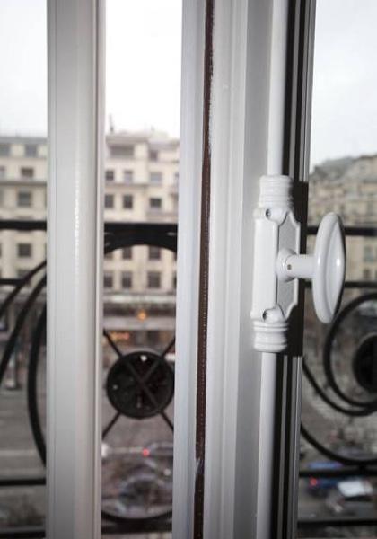 Détail de la fermeture à crémone sur fenêtre bois sur mesure
