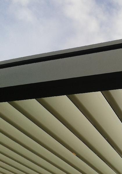 Détail sur les lames en aluminium orientables d'une pergola bioclimatique