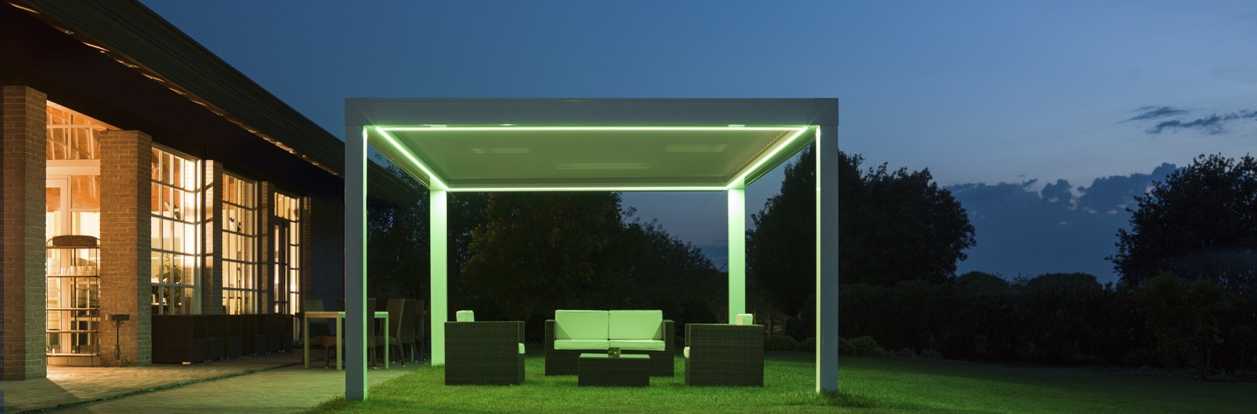 pergola bioclimatique avec store lanton. Black Bedroom Furniture Sets. Home Design Ideas
