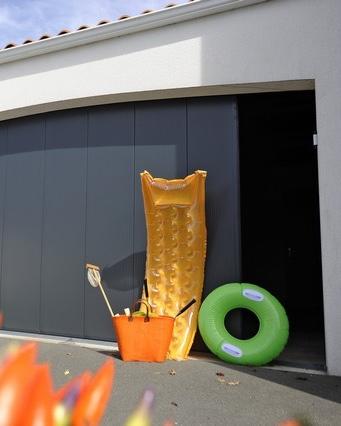 Porte de garage sectionnelle à ouverture latérale, couleur gris anthracite RAL 7016