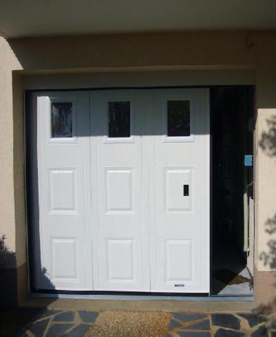 Passage piéton sur une porte de garage sectionnelle à ouverture latérale