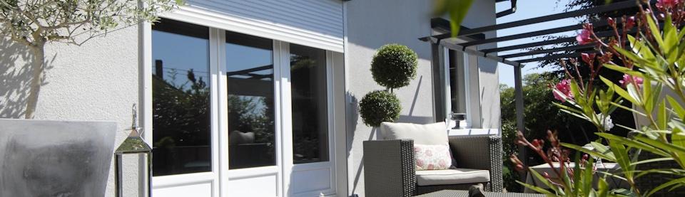 Volets roulants sur mesure, porte-fenêtre PVC et terrasse